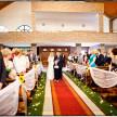 para młoda wchodzi do kościoła ceremonia