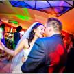 fotografia ślubna - taniec w kolorowych reflektorach