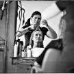 fotografie artystyczne z przygotowań u fryzjera