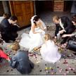 fotografia ślubna przed kościołem