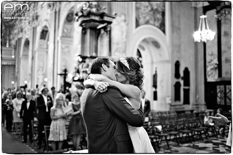 pocałunek pary mlodej